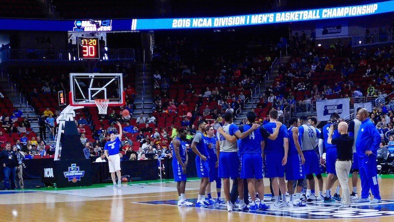 The University of Kentucky basketball team huddles near the end of its public shootaround in Des Moines. (WDRB photo by Eric Crawford)