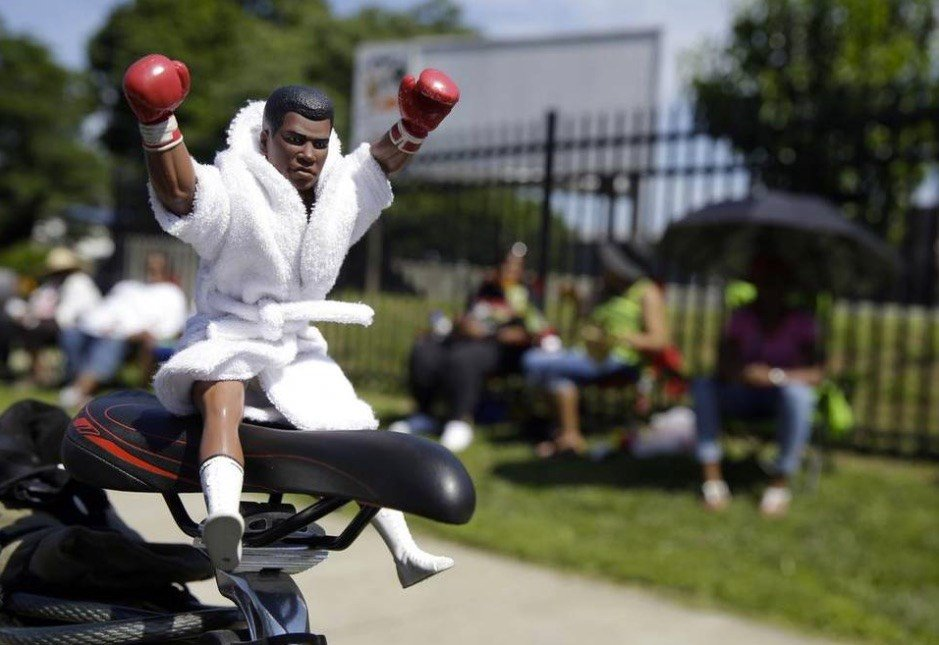 Tributes to Ali took many forms. (AP photo)