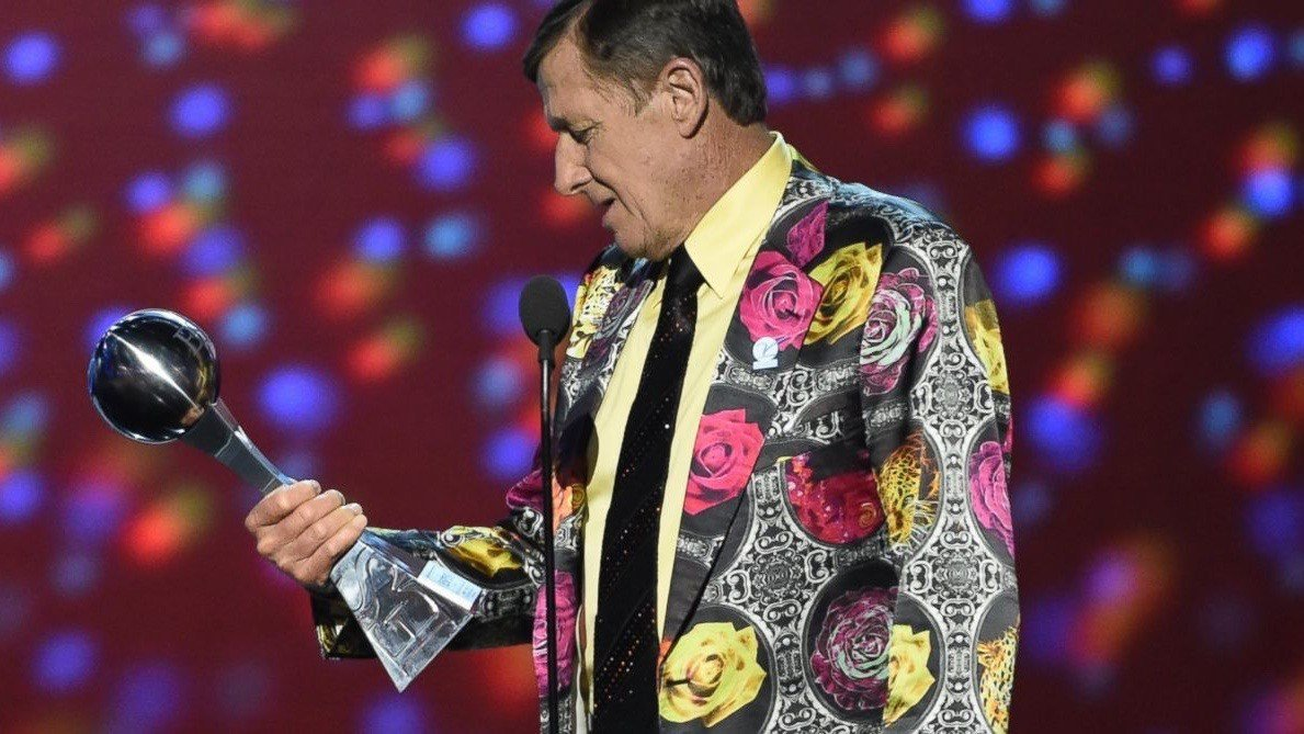 NBA commentator Craig Sager, who is battling cancer, accepts the Jimmy V. Perseverance Award at the 2016 ESPYs. (AP photo)