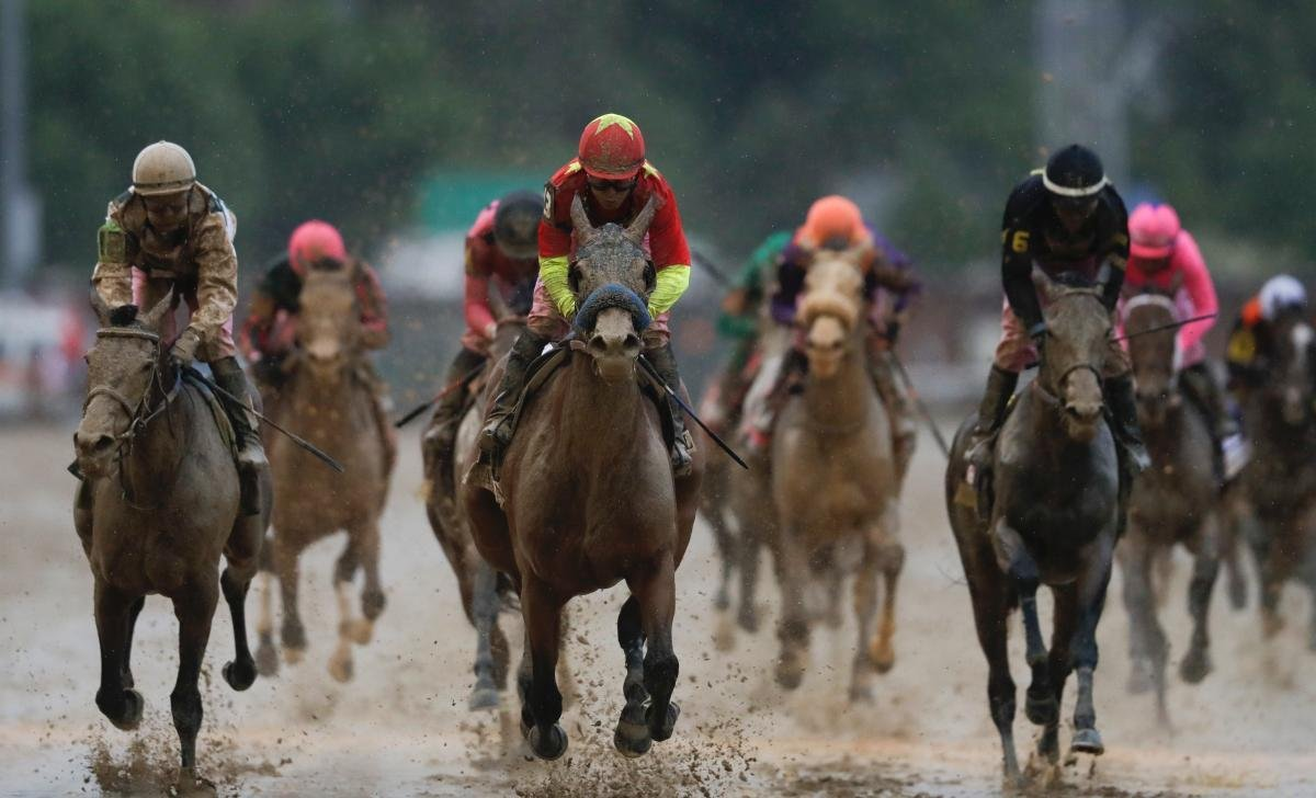 Kentucky Oaks fillies duel over a sloppy track. (AP photo)
