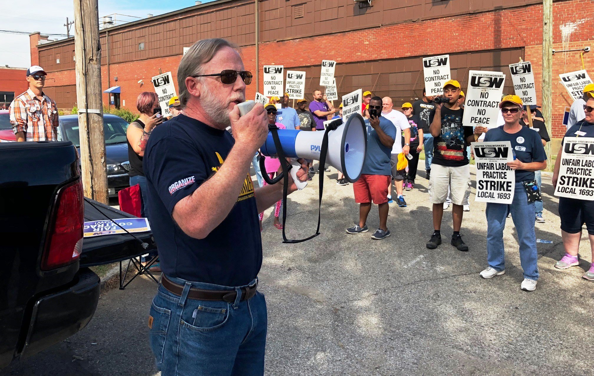 Kentucky AFL-CIO President Bill Londrigan addresses USW Local 1693 workers on strike at Oracle Packaging on Friday, Oct. 6, 2017.