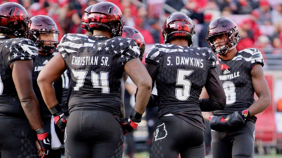 Lamar Jackson speaks with teammates in the huddle (WDRB photo by Eric Crawford)
