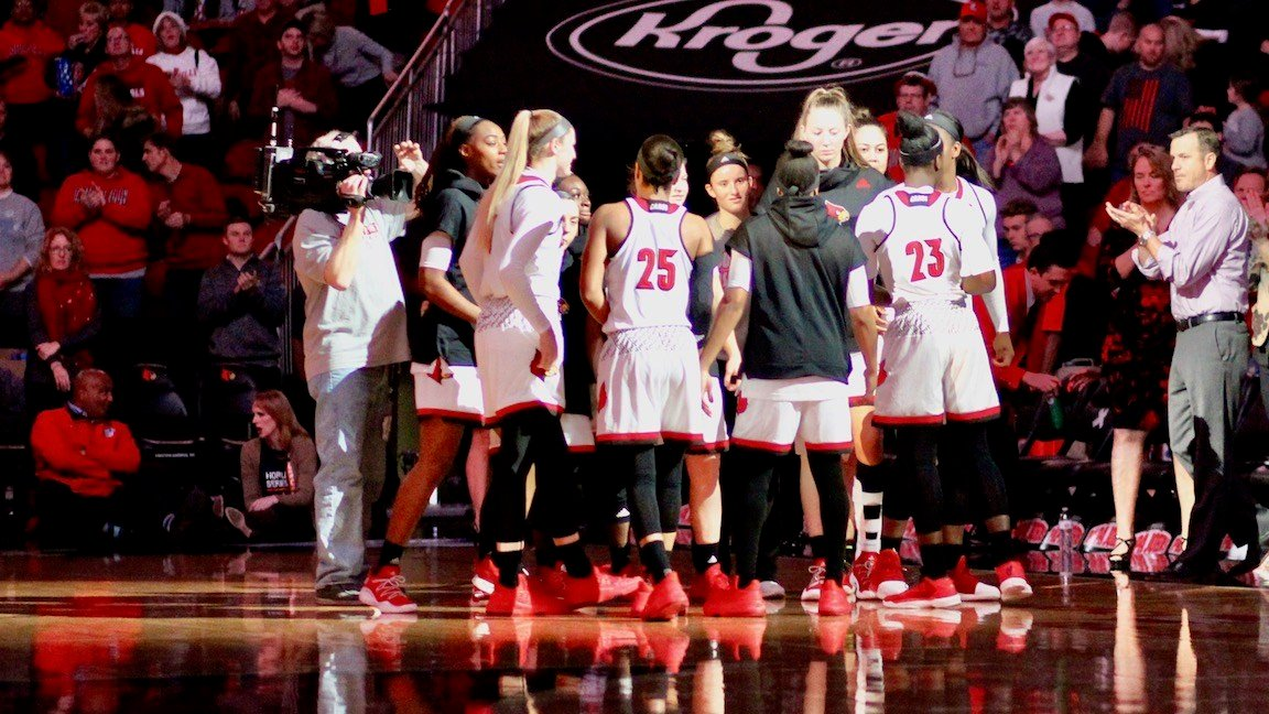Louisville huddles after the starting lineups are introduced. (WDRB photo by Eric Crawford)