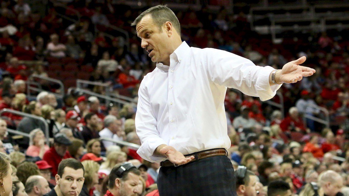 Jeff Walz makes a point to his bench (WDRB / Eric Crawford)
