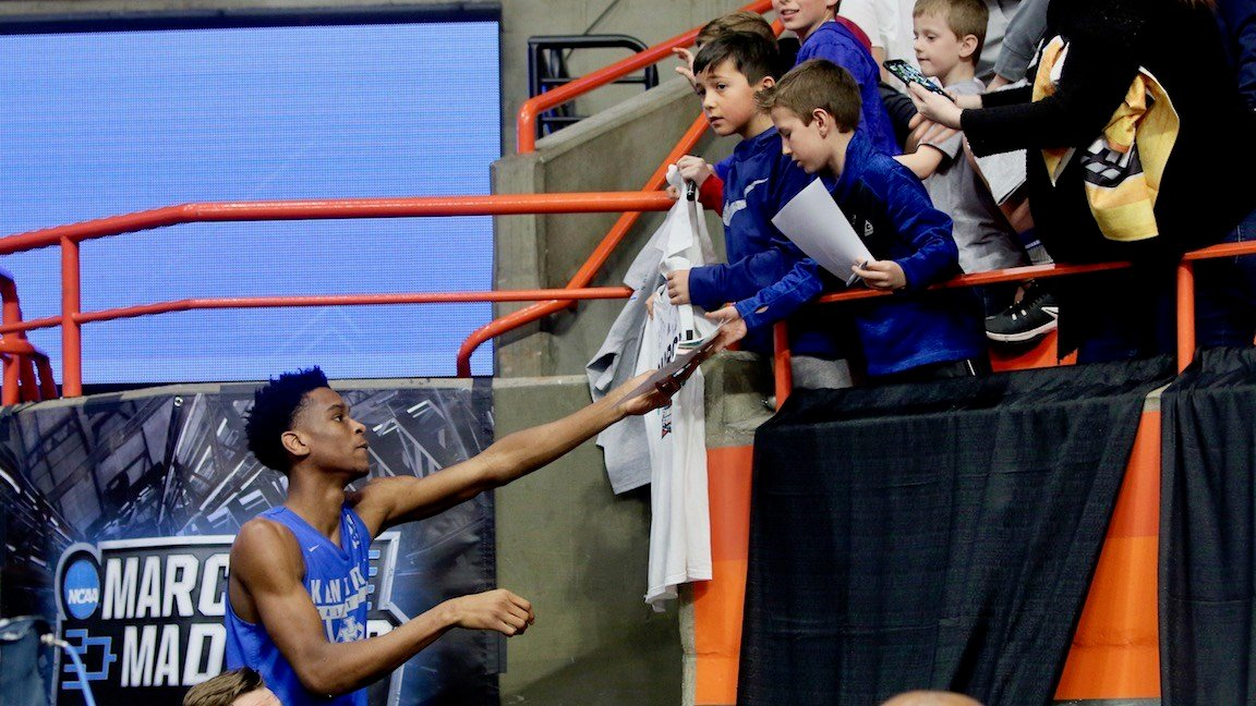 Shai Gilgeous-Alexander signs some autographs for fans after a team shootaround in Boise, Idaho. (WDRB photo by Eric Crawford)