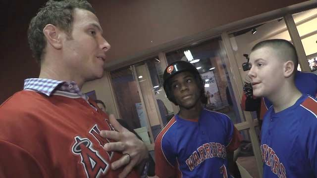 Los Angeles Angels slugger Josh Hamilton offers advice to the West Louisville Warriors at the Louisville Slugger Museum.
