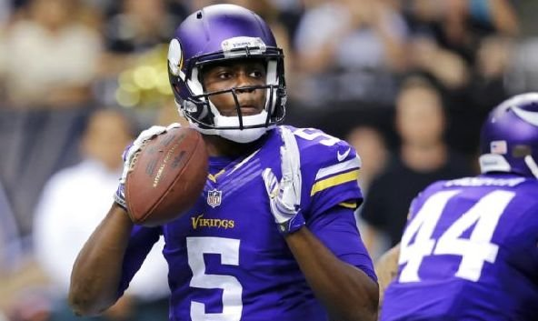 Teddy Bridgewater sets to throw in his NFL debut. (AP photo)