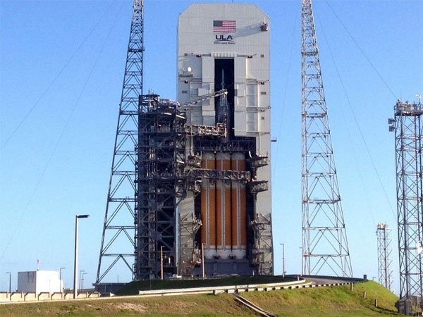 The Orion capsule sitting atop a Delta IV Heavy rocket on Pad SLC-37B two days before launch.