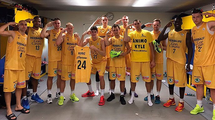 Kyle Kuric's team from Spain shows support after a victory Saturday. (Photo via Herbalife Gran Canaria Twitter account)