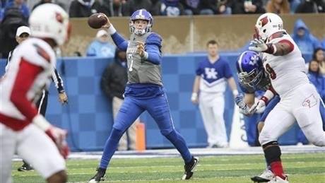 Kentucky quarterback Drew Barker throws against Louisville. (AP photo)